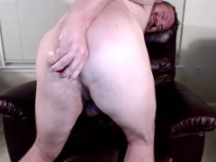 RLW plays with ass on cam